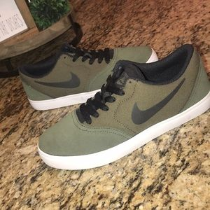 Nike SB olive hunter green & black kids 5y